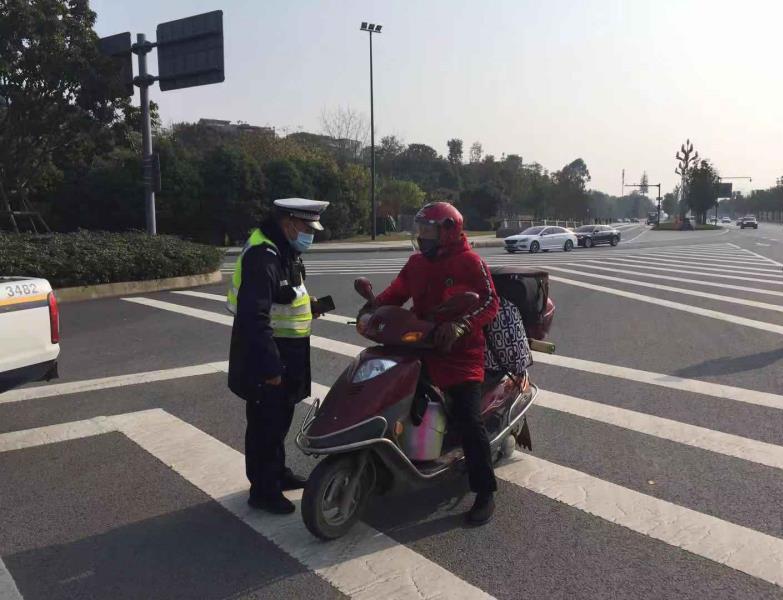 行人横穿马路发生交通事故是否担责?交警:承担同等责任