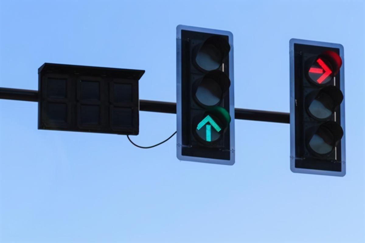 误闯红灯后,只要做一个小动作,可不被扣分、但要罚50