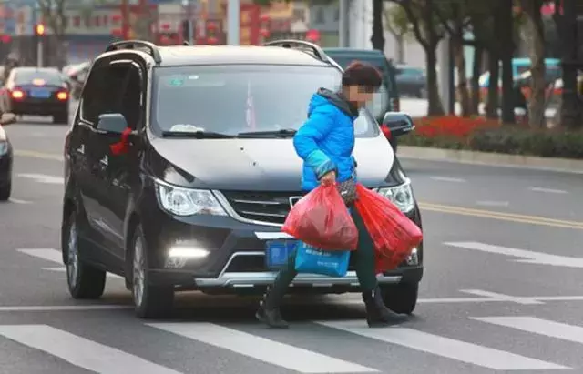行人闯红灯,被机动车撞了责任怎么算?学会不吃亏
