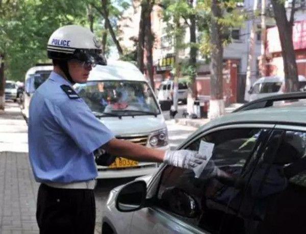 违规停车贴条,别着急交罚款,贴罚单的不一定是交警!
