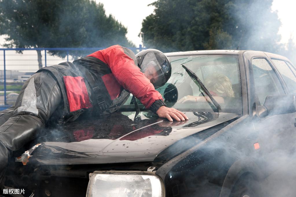 哪些行为构成交通肇事逃逸?交通肇事逃逸的处罚标准?