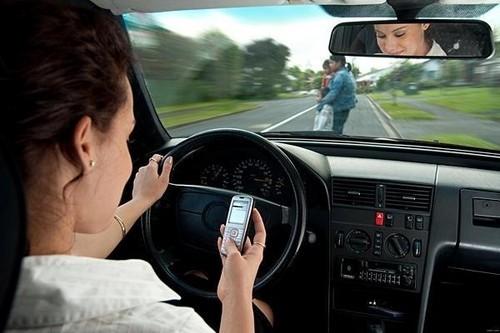 知道么?单手开车不但危险,还违法!