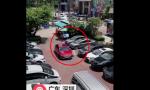 真·谨慎女司机!自带卷尺测量停车位宽度