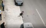 无证驾驶遇交警查车,他竟然丢下女朋友跑了
